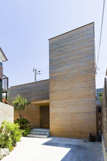 旗竿のような変形地ながら、外構のグリーンが魅力的なアプローチを演出。設計はニジアーキテクツ一級建築士事務所に依頼。