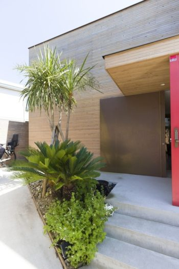 グリーンはご夫婦でセレクト。木と金属の素材感に調和する。玄関右手には家でも仕事できるようワークスペースを設けた。