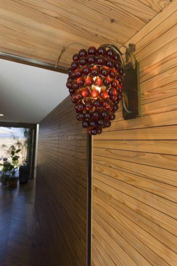 玄関には良之さんがデザインした外灯を。日が沈むと幻想的で美しい光を放つ。