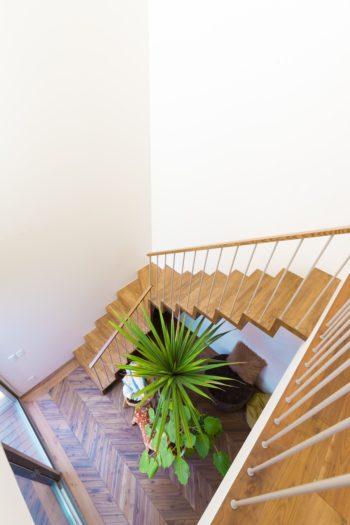 階段の幅に余裕を持たせた贅沢な造り。上から降りてくるときも開放感があって気持ちいい。