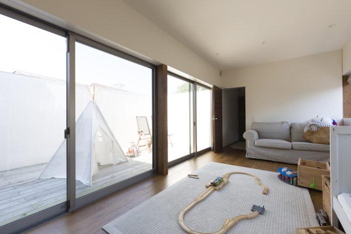2階には子供たちが遊ぶ広々としたスペースが。ルーフバルコニーも隣接し、サンルームのように光たっぷり。いずれはここを仕切って子供部屋を増設できるよう、電気配線も考えた。