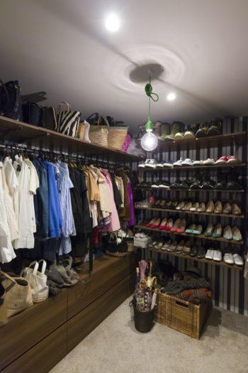 ウォークインクローゼットは華やかな雰囲気。玄関に収まりきらない靴も収納。