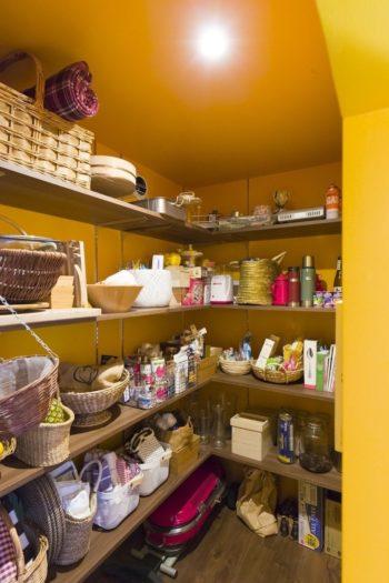 黄色い色彩が楽しいパントリー。カゴがたくさん使われていて、どこか南仏のようなイメージ。