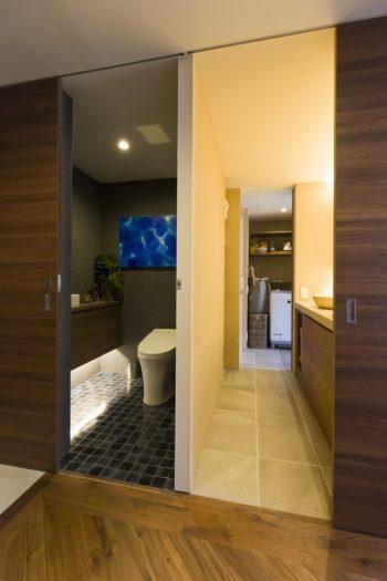 トイレから洗面所を通ってバスルームに、と動線も考慮。トイレにはアーティスト「はやしまりこ」が描いた抽象画を飾る。
