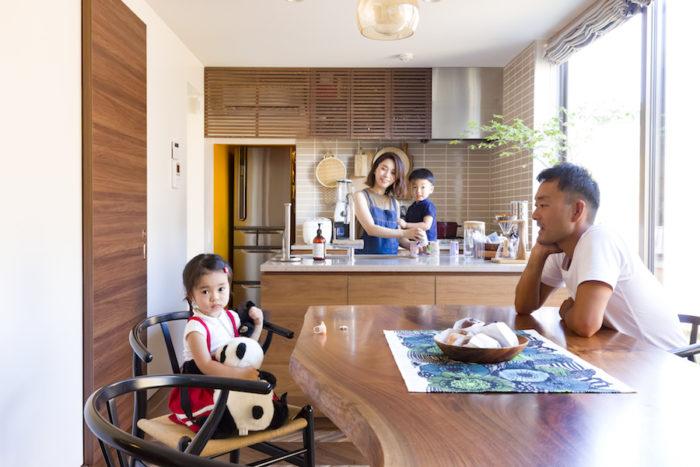 4歳の長男・暖(だん)君、2歳の長女・心(ここ)ちゃんを毎日保育園に送り、仕事場に向かうという良之さんは、インテリアデザイン会社MOTO(http://t-moto.co.jp)代表。映子さんは都内のデザイン会社に勤務。
