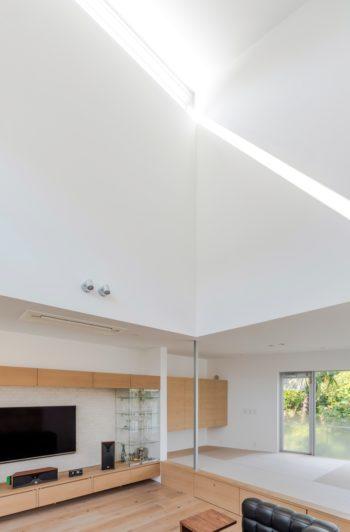 西側に設けられたハイサイドライトから差し込んだ光がつくり出す壁の模様は、時間で変化していく。小上がりの下は収納。