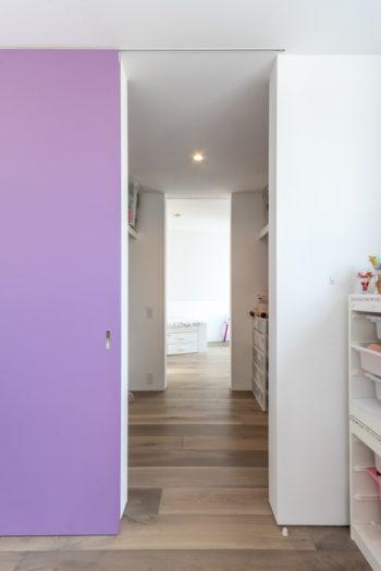 下のお嬢さんの部屋とウォークインクローゼットを仕切る戸は紫色。2つの色が同時に見られないように配慮されている。