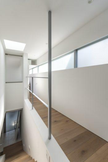 西側部分につくられた「水平連続窓」。廊下は主寝室に向かってスロープになっており、なだらかに下る。