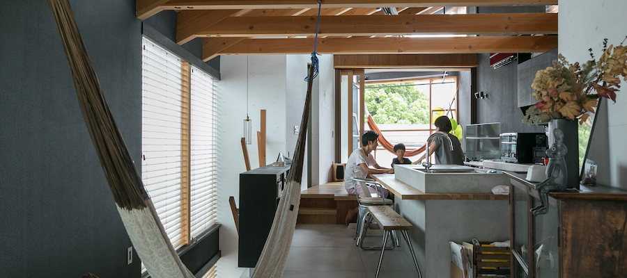 都市でコテージの快適さを両サイドのインナーテラスが心地よい風を運ぶ家