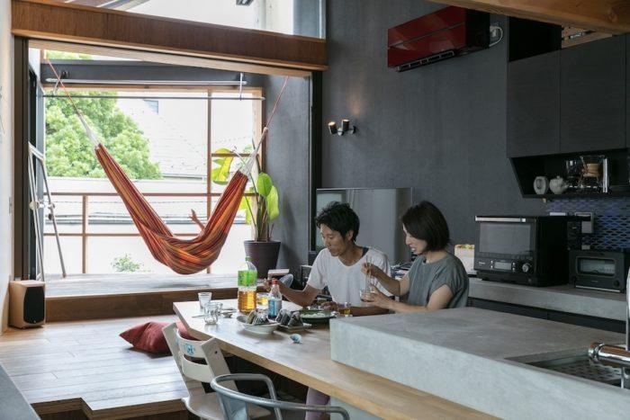 キッチンとダイニングテーブルが一体になっている。掘りごたつのようになっている段差に座っても、イスに座ってもいい。フレキシブルに対応できるので、お客様の多い若井宅には嬉しいスタイル。