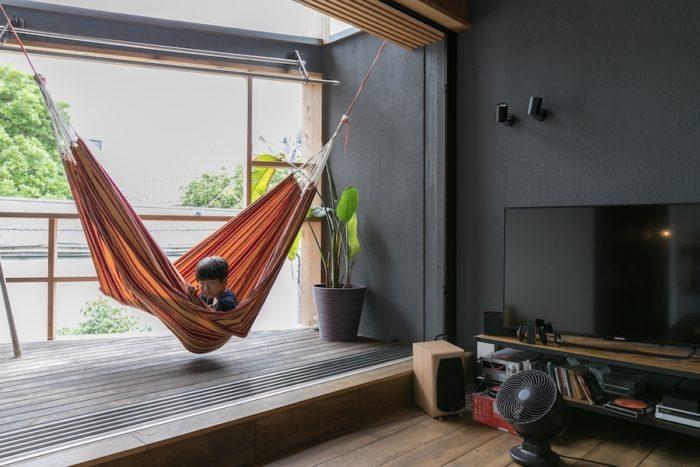 4年生の涼くんが揺られているハンモックのある場所は、外だけれど、家の中のように使えるインナーテラス。窓を全開にして、気持ちのいい風を楽しむ。