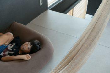 リビングの床材には外壁材(フレキシブルボード)を使った。