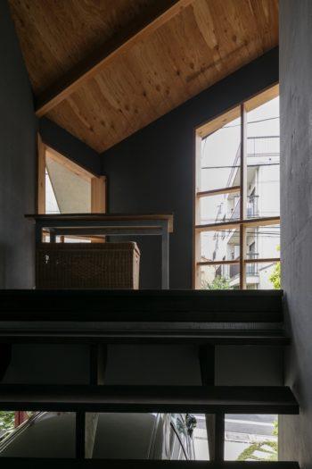 インナーテラスへは外階段で上がることもできる。ぐるりと回遊できるシカケが空間を豊かに感じさせる。