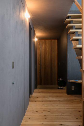 杉板の玄関ドア。「特注で鍛冶屋に大きな把手を作ってもらいました」