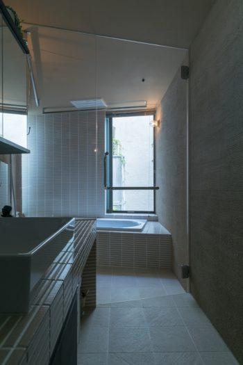 心の芯からリラックスできそうなリゾートを感じさせるバスルームの佇まい。凹凸の陰影が美しい外壁材を壁に使っている。