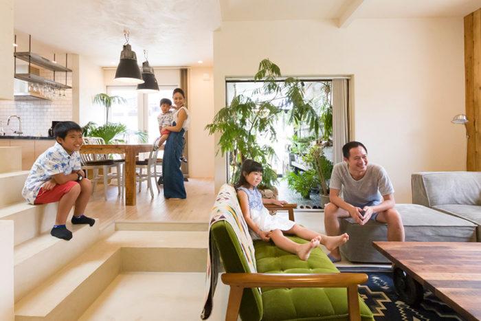 ご夫妻と長男(小4)、長女(小1)、次男(年少)の5人で暮らす。グリーンルーム入り口の窓はワイド約2m。全て壁の中に仕舞える仕様のため、リビングとひとつながりにすることができる。