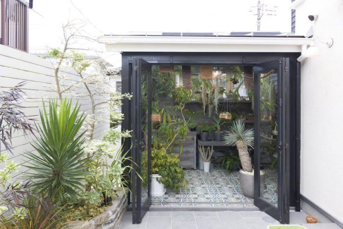 ガーデンスペースからグリーンルームを見る。黒枠の折れ戸は全開できる。