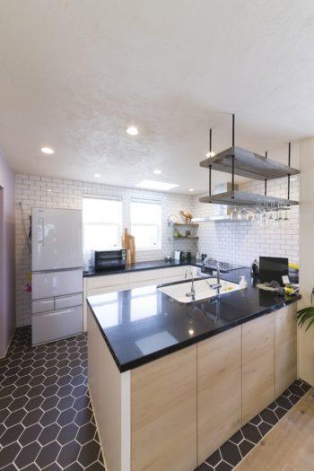 「子どもたちの方をみて家事をしたい」と対面式を希望。白い収納のキッチンのイメージは「フェイバリット」にも収めてあり、オーダーの参考に。