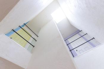 階段の天窓から差し込む光が気持ちよく、異国情緒が漂う。