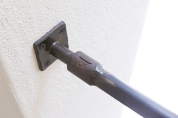 階段の手すりにはガス管をさりげなく使用し、インダストリアルな雰囲気を盛り上げている。