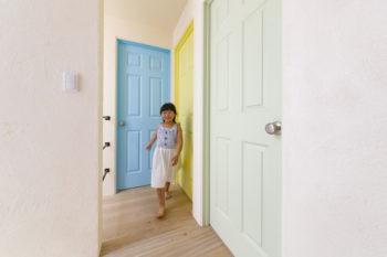 2階の子ども部屋のドアは、それぞれ色が異なる。