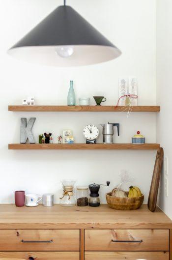 キッチンのコーナー部分に棚をつくり、かわいい小物をディスプレイ。