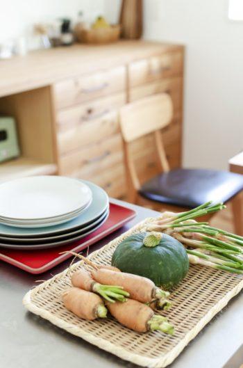 奥さんの実家から送られてきた野菜類がキッチンカウンターの上に置かれていた。