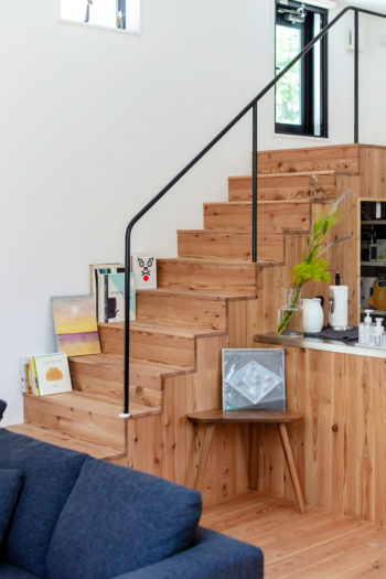 階段下はパントリーとして使われている。見える部分は現在、ディスプレイ棚としても使われている。