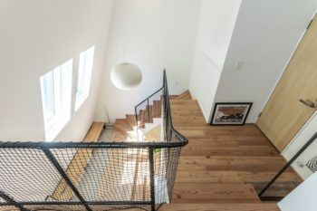 2階から見る。右に子ども部屋に使用予定の部屋がある。