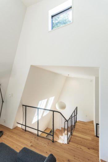 2階から階段部分を見下ろす。