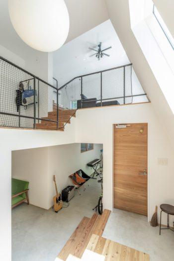 階段から見る。右下が玄関ドア。