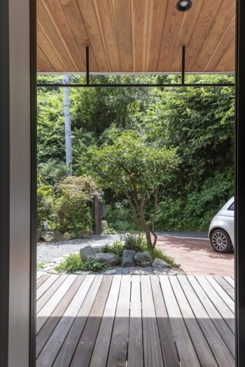 寝室前の土間スペースから庭を見る。正面はユズの木で、お子さんの名前はこの木から取って「柚季」と名付けたという。