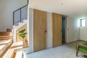 1階を土間にしたのは、アウトドアっぽく使いたいという要望があったのと、蓄熱式床暖涼房用のパイプを敷くため。