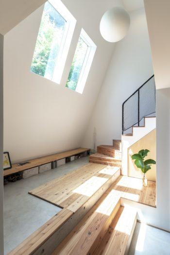 玄関を入って左の土間部分で靴を脱いでからいったんフローリングになるが、1階部分ではまた土間に変わる。