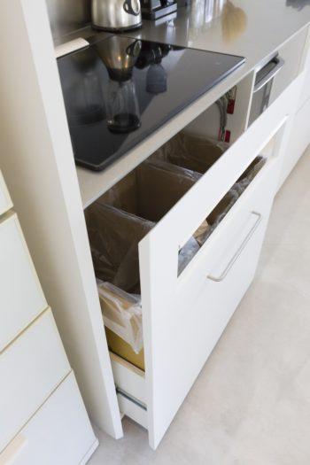 段ボールで作ったゴミ箱がぴったり内蔵できるよう設計。箱のようにすっきり収まる留め加工を採用。