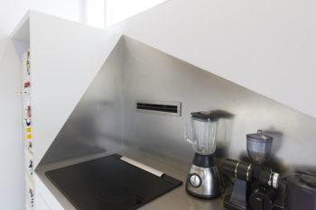 ステンレスのキッチンパネルはあえて三角形に。油ハネにもこれも充分。