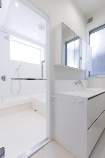1階にあるバスルームはハーフユニット。まっ白な空間が清潔感たっぷり。