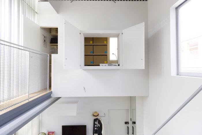 倉庫兼趣味の部屋は小窓が開いて、LDKを見下ろせる。建物内は赤外線からWiFi、Bluetoothまですべてのコントロールをクラウドで一括管理。