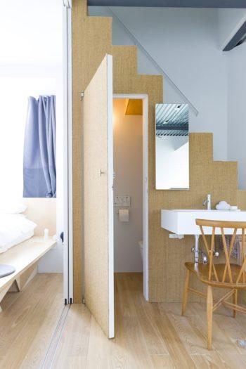 1階のモルタルの床に対して、2階は無垢のオーク材の床に。階段まわりにはサイザル麻が使われている。
