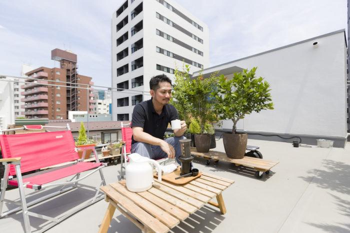 「メンテナンスをしながら愛でるように暮らしています」と、一級建築士・早川友和さん。屋上で過ごす時間が新しいライフスタイルをもたらした。