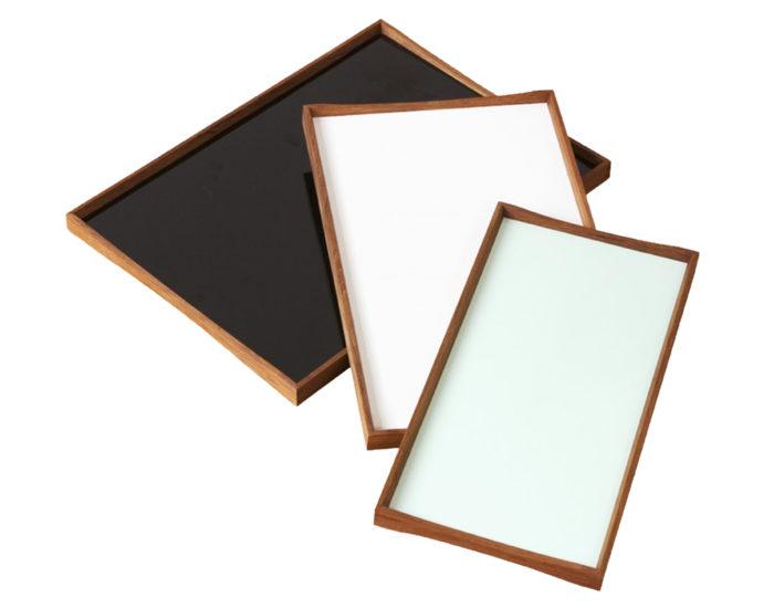 左から ターニングトレイ3 (L)  W510 D380 H28mm  ¥31,000 ターニングトレイ2 (M)  W450 D230 H28mm  ¥31,000 ターニングトレイ1 (S)  W480 D300 H28mm  ¥31,000 (アラスカホワイト/ブラックデザート、キモノレッド/ブラックデザート、ハスキーグリーン/ブラックデザート、エンジェルブルー/ブラックデザート3サイズ4色展開)以上ARCHITECTMADE (ROGOBA 東京店)