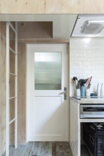 キッチンのタイルも大口さんが探したものを張った。目地の幅も指定。ドアはこの家のために製作したものでノブはドイツ製。