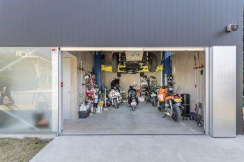 右側のガレージでは整備も行うことができる。すぐ左手にあるドアを開けると階段がある。