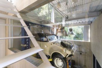 リビングから見える車はキューベルワーゲンのレプリカ。メキシコ製で空冷エンジンを搭載。
