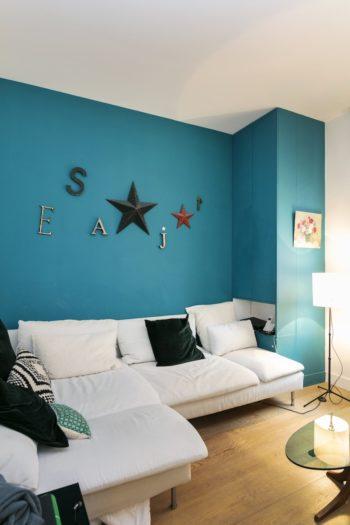 テレビルーム。ここの壁をブルーに塗ったことがきっかけで、その色を拾い、リビングのキャンバスと、ソファが登場した。