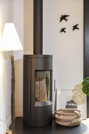 家といえば薪ストーブ。薪ストーブや暖炉を家族で囲むのが、フランス人の「幸せな家」のイメージだ。今年の夏バカンスを過ごしたポルトガルで購入したツバメのオブジェを壁に。