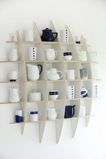キッチンのコレクションコーナー。壁面に設置したミニ棚に、白×ブルーのカップやポットをまとめて収納。