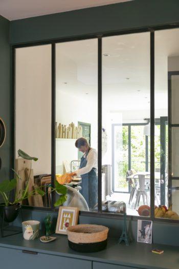 玄関を入ると正面にキッチンが見える。ここはもともと庭だったが、ガレージ、玄関、キッチンを増築した。