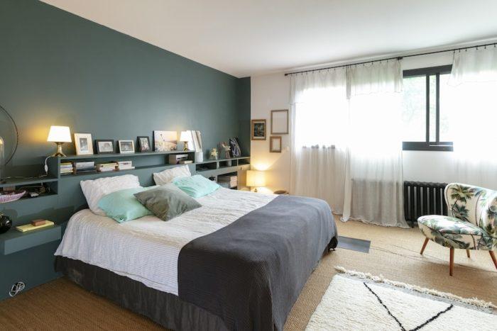 夫婦の寝室。夏のバカンス前に壁に色を塗り、オーダーメイドの棚を設置。リビング同様、家具を置かずに収納棚を作り付け、空間全体を広く使うのが現在のお気に入り。ペンキはいつでもファロー&ボール。