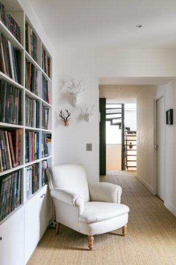 2階の廊下兼ソフィーさんのデスクコーナー兼家族みんなのBD(フランス版コミック)本棚。廊下を広く作ることで、デッドスペースがちょっとしたリビング空間に。